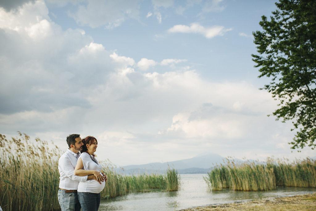 premaman di coppia in riva al lago