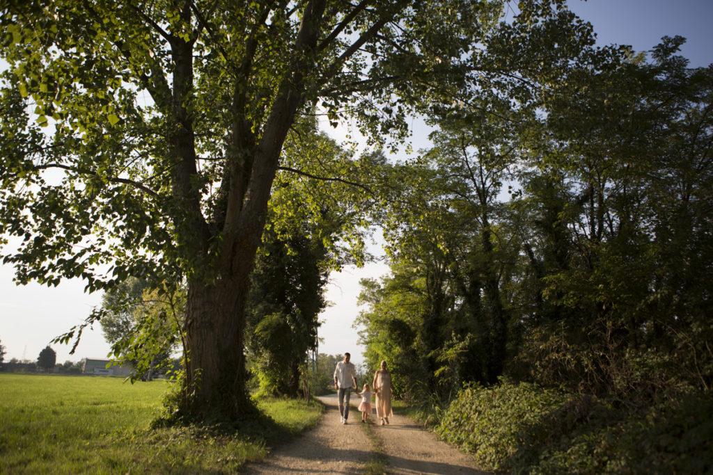 coppia cammina bosco