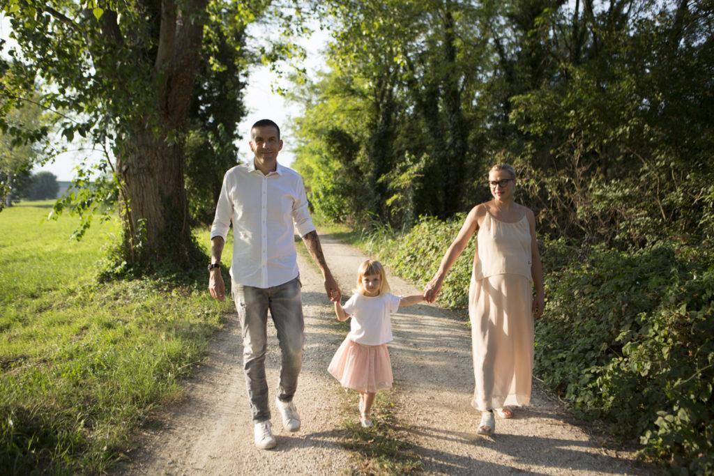 famiglia cammina bosco