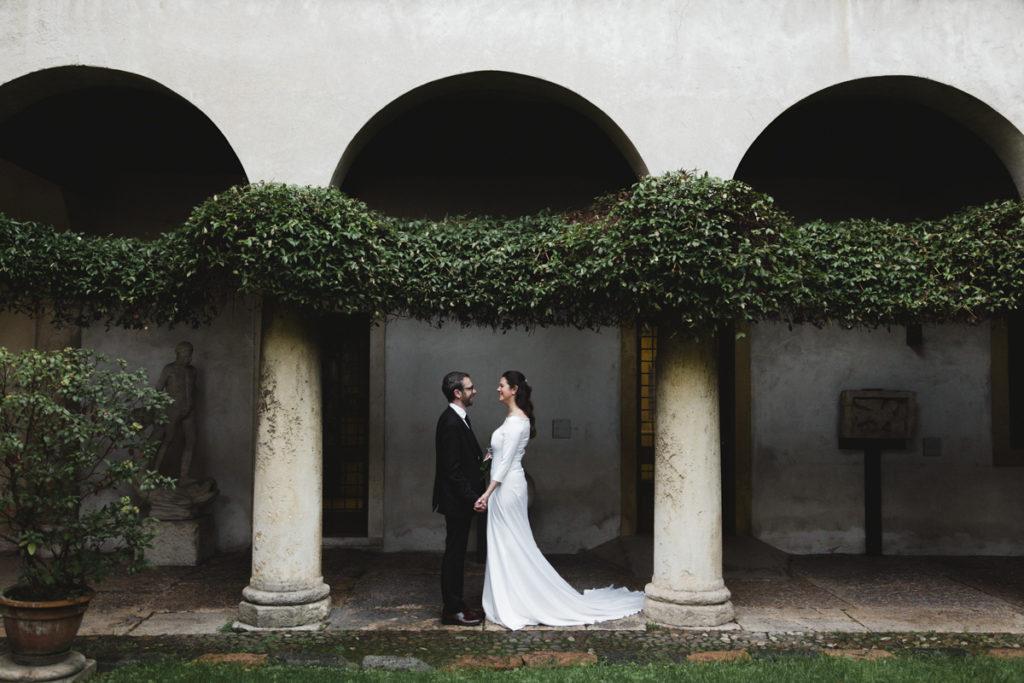 Coppia sposi sotto porticato