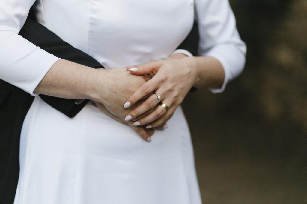 anello di fidanzamento su mano sposa