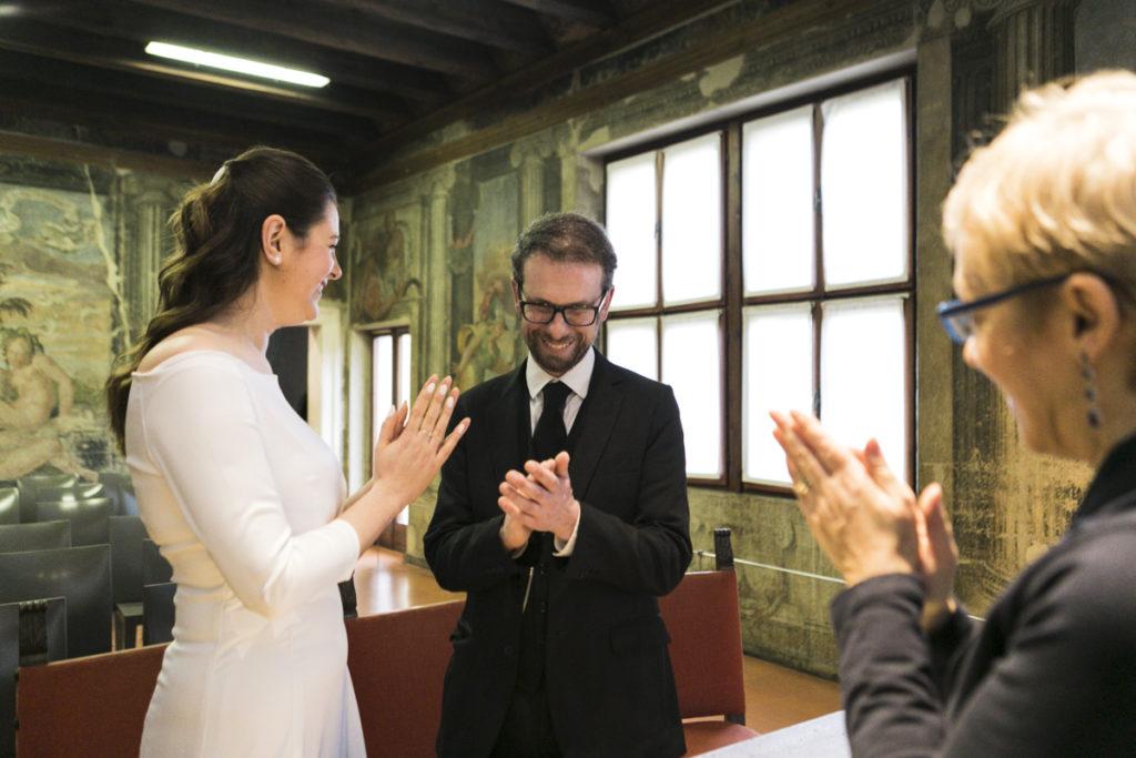 sposi applaudono